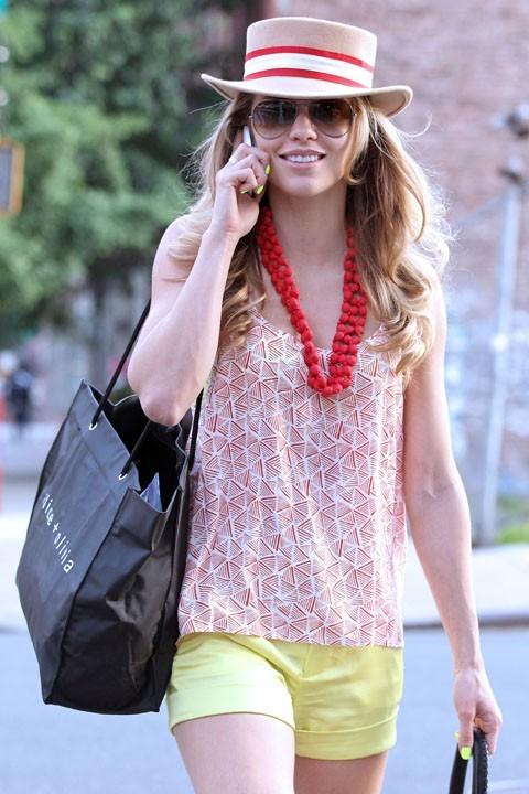Annalynne McCord en mode touriste