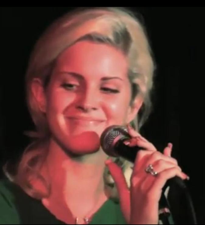 A ses débuts, Lizzy Grant est blonde et affiche un style naturel.
