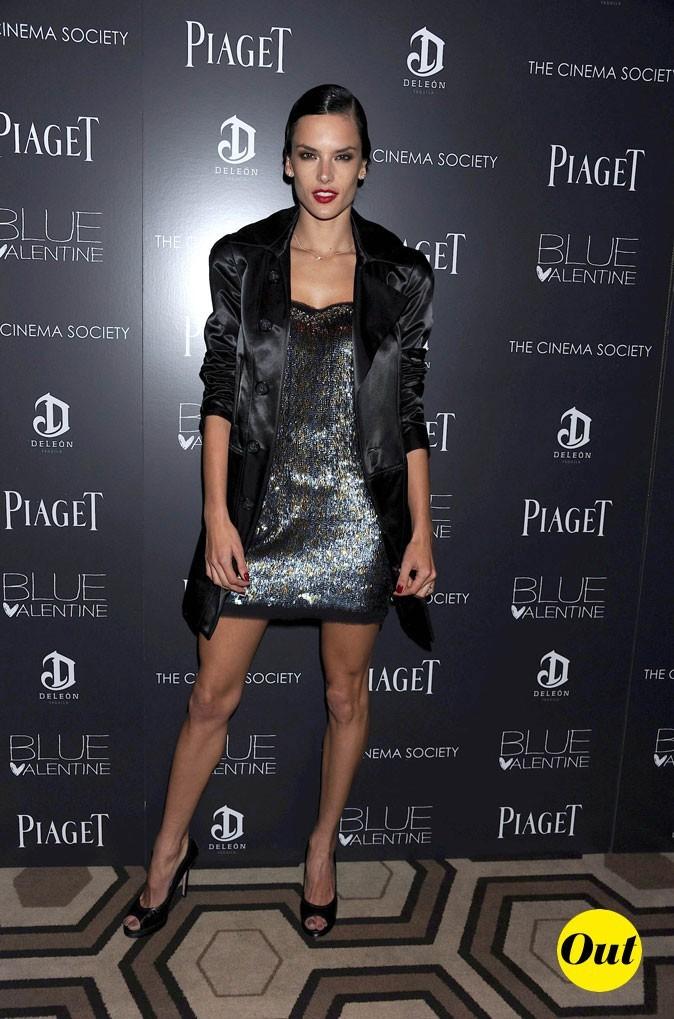 Look d'Alessandra Ambrosio : robe à sequins et veste satinée