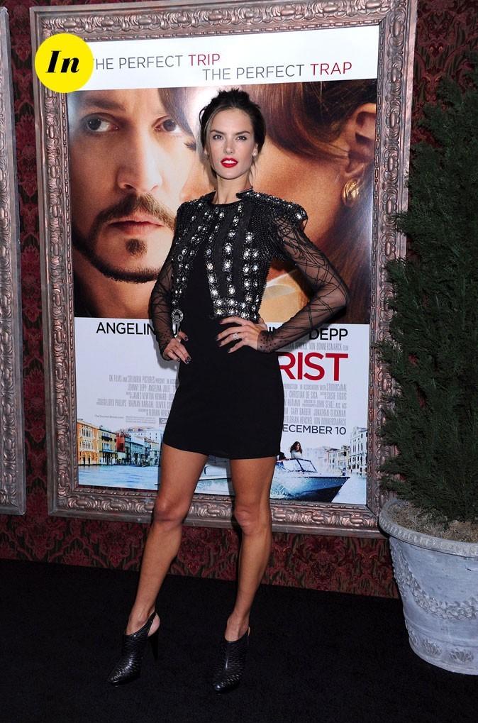 Look d'Alessandra Ambrosio : un boléro en dentelle et une robe moulante