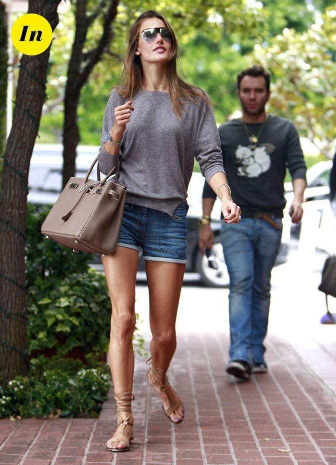 Look d'Alessandra Ambrosio : un short en jean retroussé