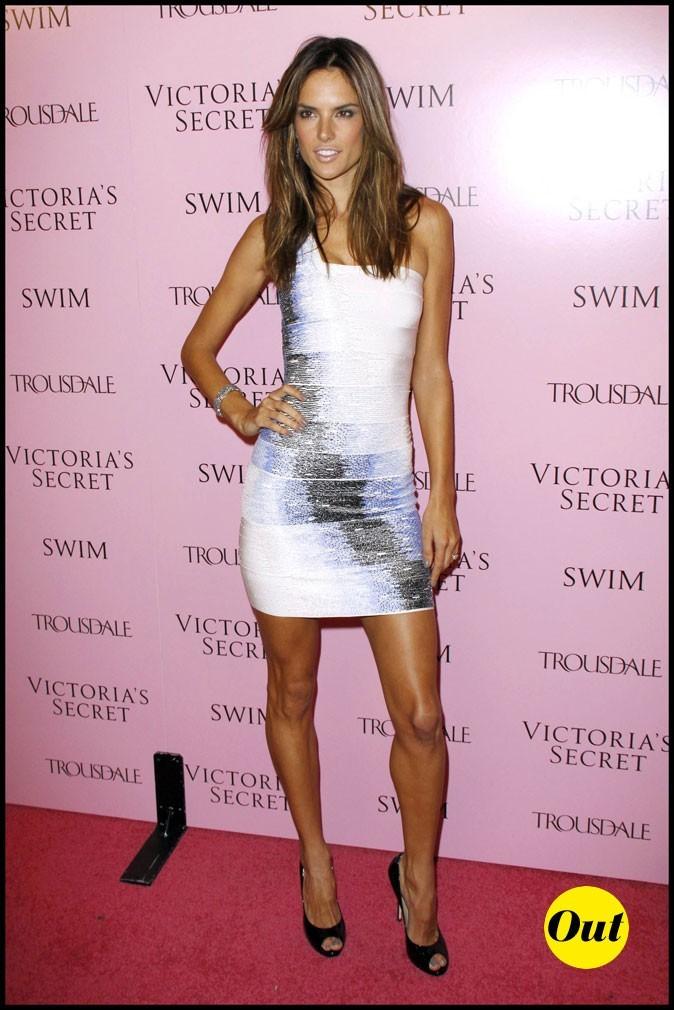 Look d'Alessandra Ambrosio : une robe asymétrique blanche