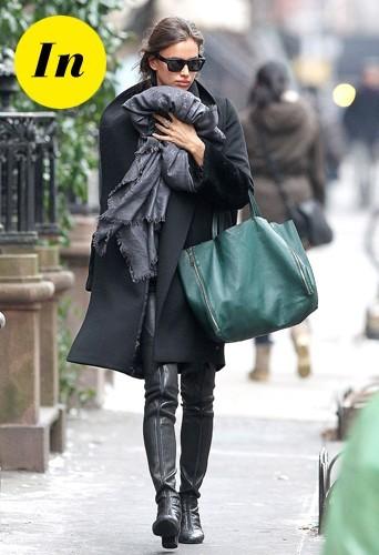 Irina Shayk en janvier 2013 avec une écharpe Louis Vuitton et un sac cabas vert soigné Céline.