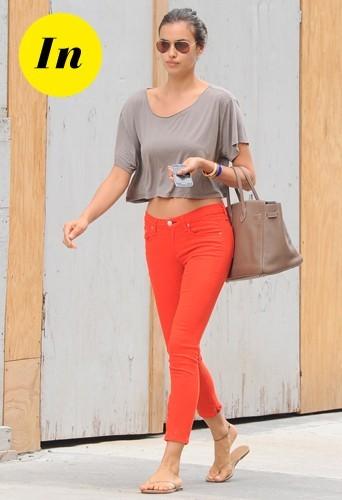 Irina Shayk en pantalon 7/8 orange Rag&Bone et sac Hermes en juin 2012.