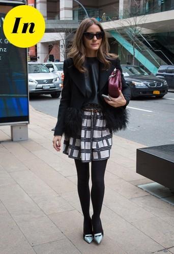 Olivia avec sa veste à poils Armani sur sa jupe Tibi sans oublier sa pochette framboise Dior.