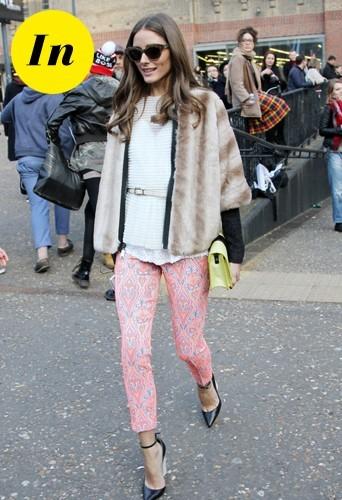 Olivia avec un pantalon flou à motifs cachemire Topshop, un top Tibi, une pochette jaune et noire Whistles et bien sur un manteau en fourrure !