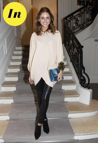 Un joli look associé à sa pochette bleue Dior