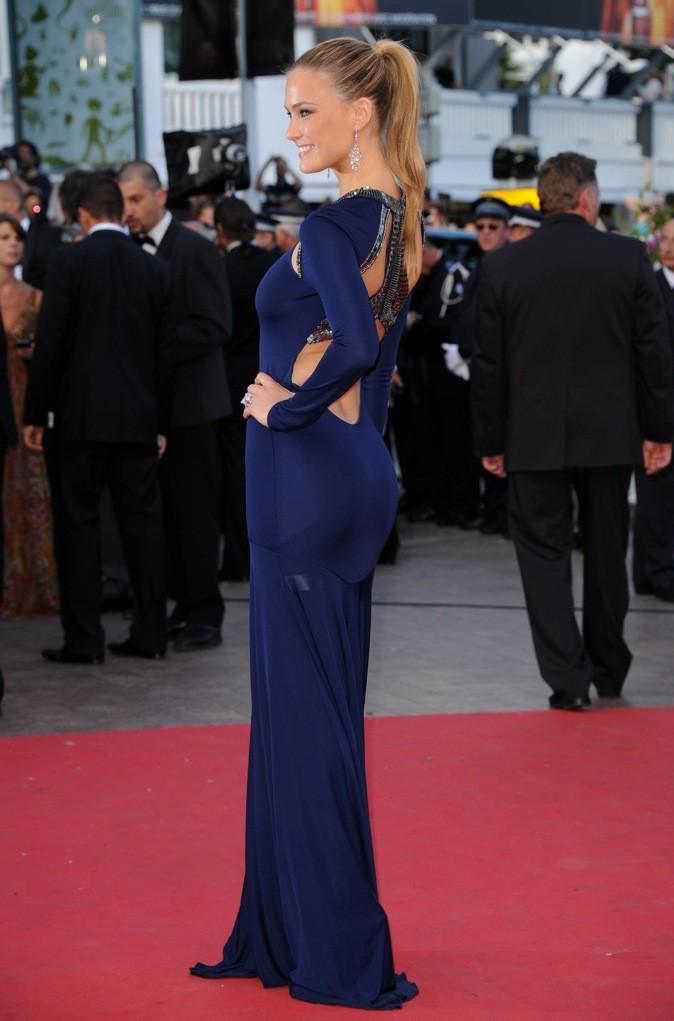 Magnifique dans sa robe fourreau bleu nuit, au dos décolleté-bijou.