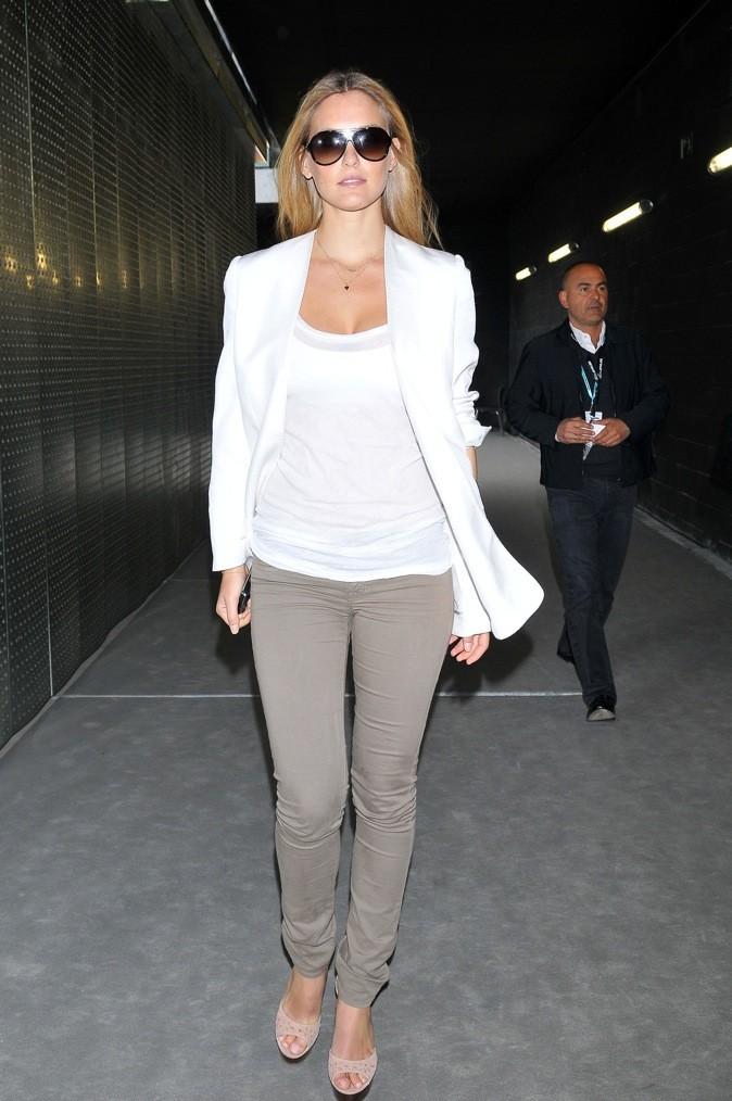 Retour à la sobriété avec ce blazer blanc, féminin et élégant.