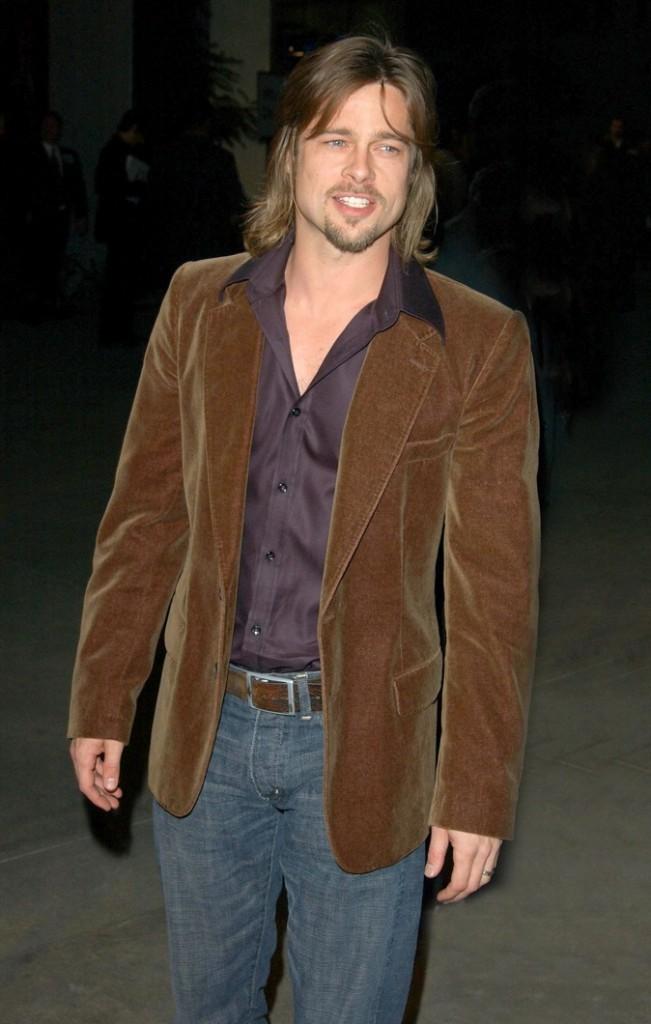 Cheveux mi-longs, châtain clair, veste en velours : peut mieux faire!