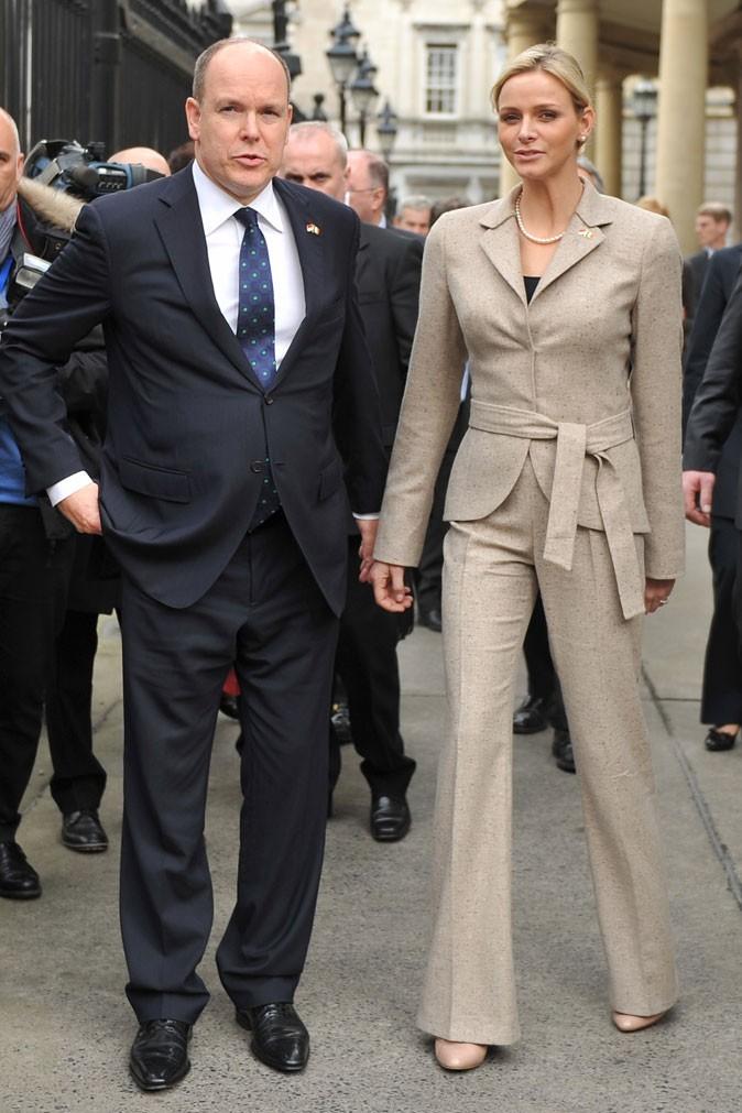 Charlene Wittstock :  un tailleur pantalon ajusté couleur sable en mars 2011