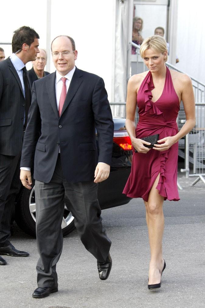 Charlene Wittstock :  une robe bordeaux à volants dos nu en juin 2008