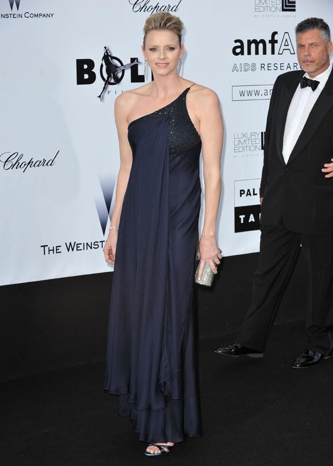 Charlene Wittstock :  une robe longue bleu marine asymétrique en mai 2009 pour l'amfAR à Cannes
