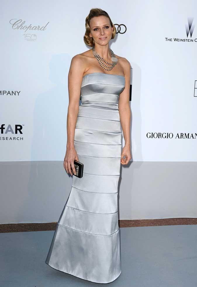 Charlene Wittstock :  une robe longue grise à bandes en mai 2010 pour l'amfAR à Cannes