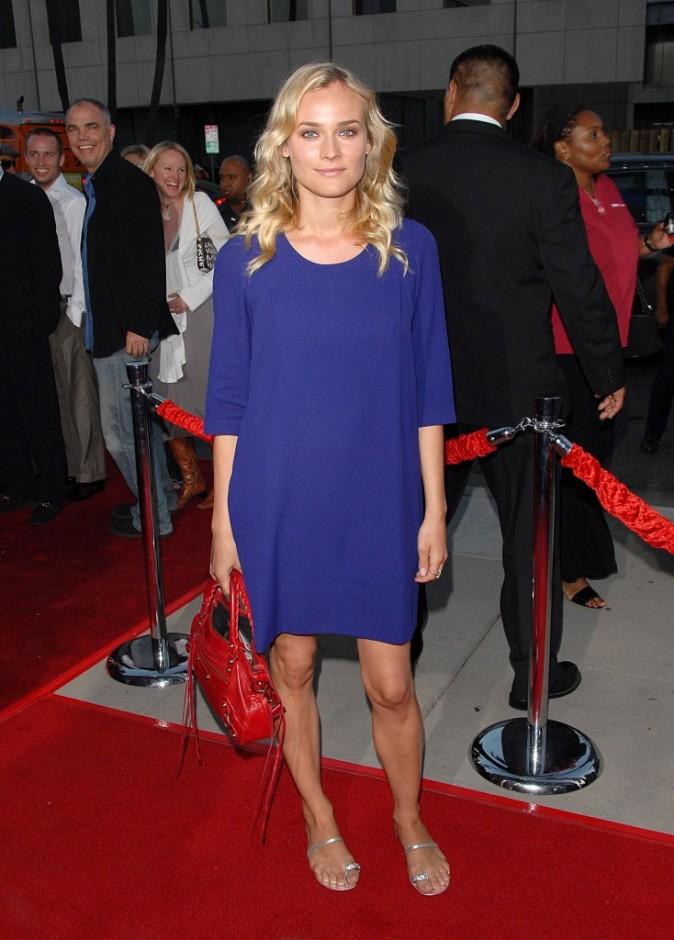 En robe bleu klein et sac Balenciaga