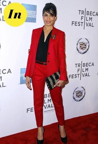 Tailleur rouge Gucci et sac Fendi.