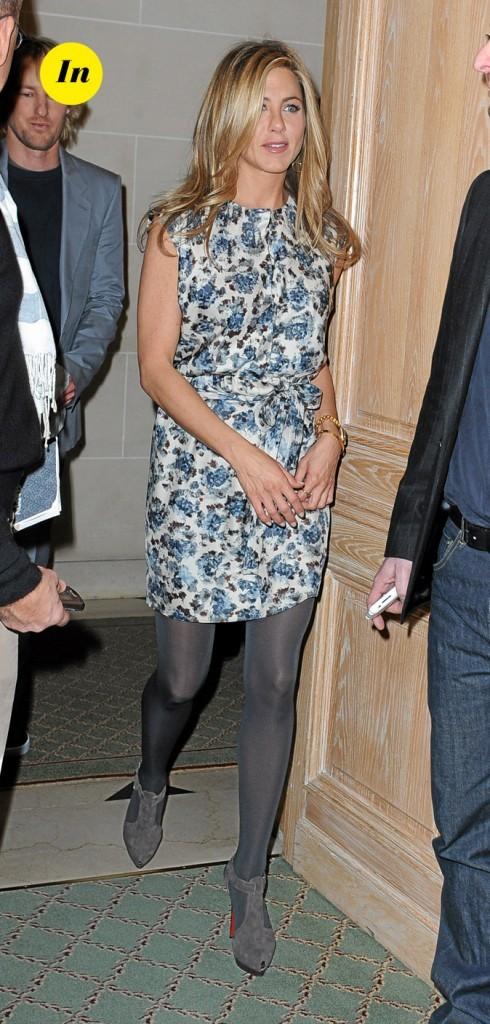 La robe fleurie et les collants gris de Jennifer Aniston en Février 2009 !