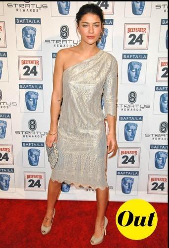 En robe asymétrique