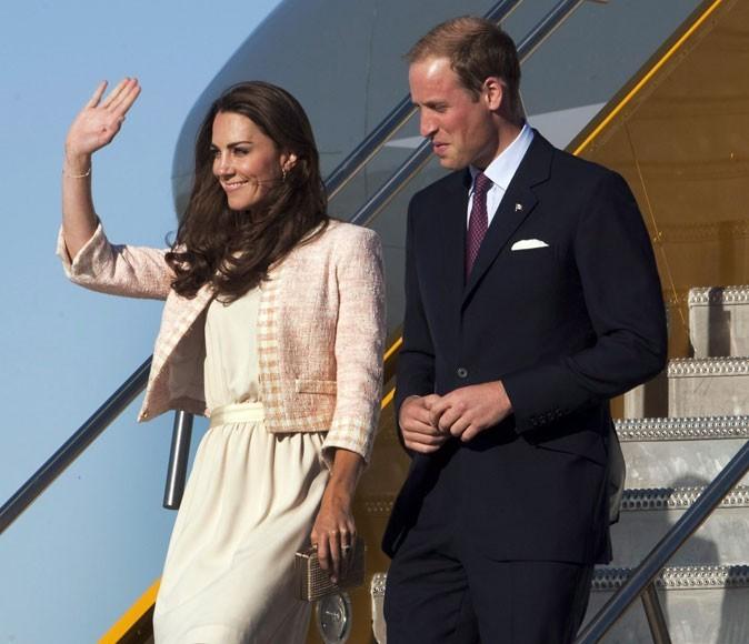 Kate Middleton le 3 juillet 2011 au Canada : un gilet crème assorti à la robe