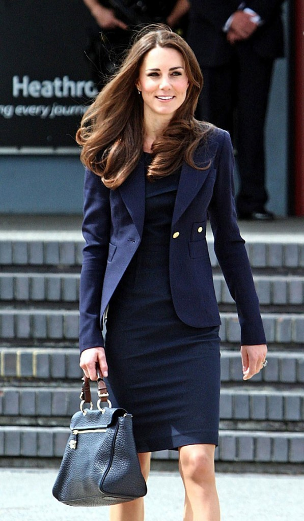Kate Middleton le 30 juin 2011 à Londres : un sac à main Mulberry pour prendre l'avion