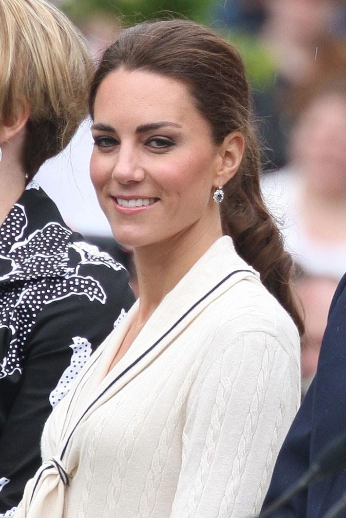 Kate Middleton le 4 juillet 2011 au Canada : des boucles d'oreilles pendantes mais discrètes