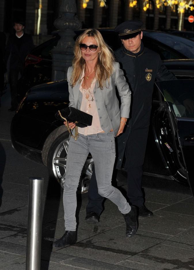 Looks de Kate Moss : blazer gris et slim gris en janvier 2011