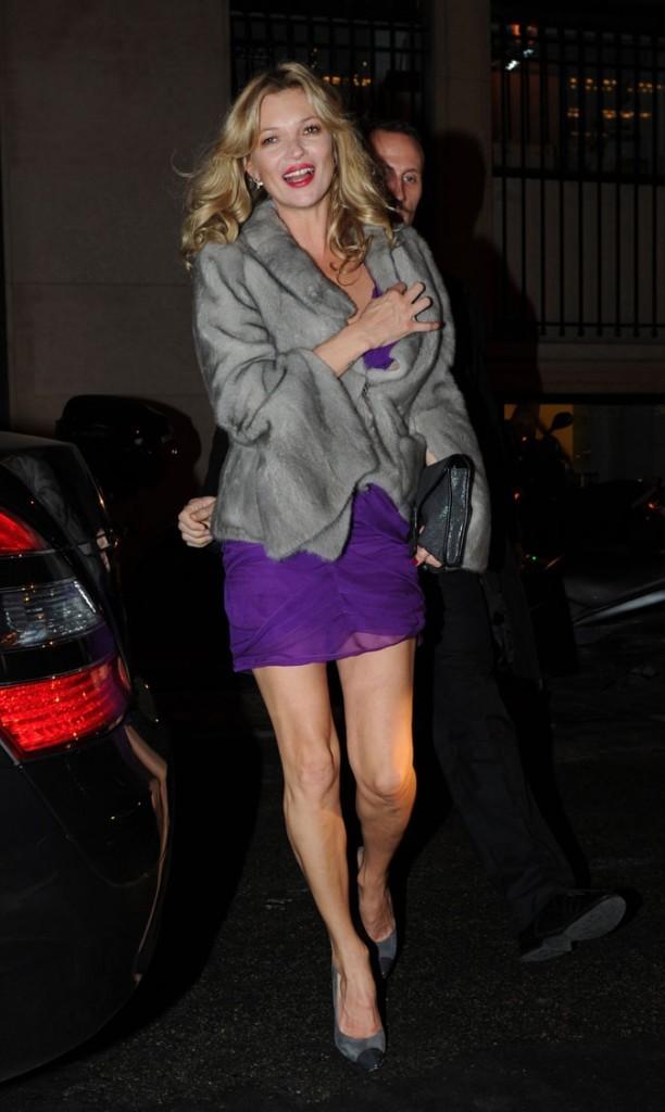 Looks de Kate Moss : mini robe violette et veste en fourrure grise en février 2011