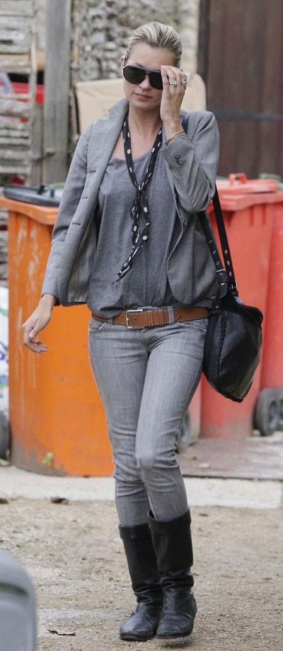 Looks de Kate Moss : slim gris et blazer gris en septembre 2010