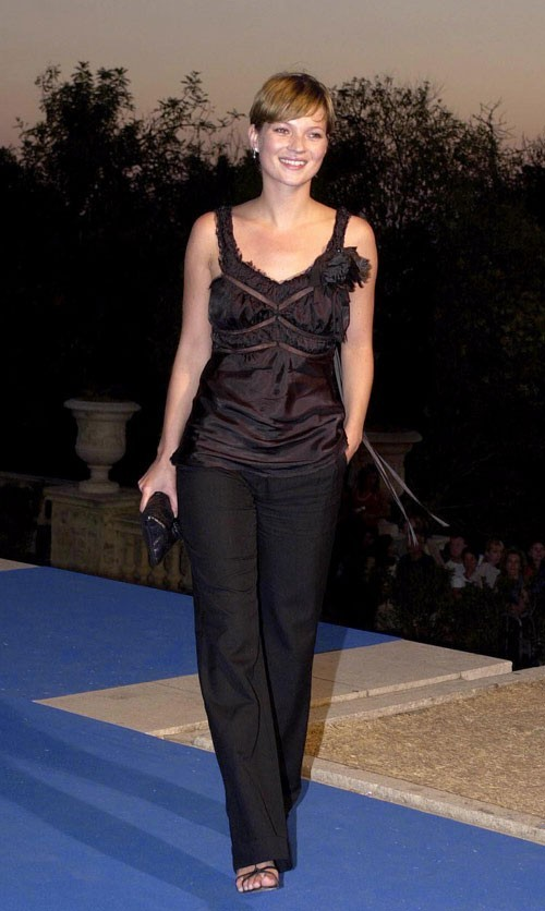 Looks de Kate Moss : top lingerie et pantalon chic en juin 2001