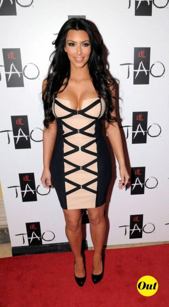 Look de Kim Kardashian : une robe impression lacets en 2010