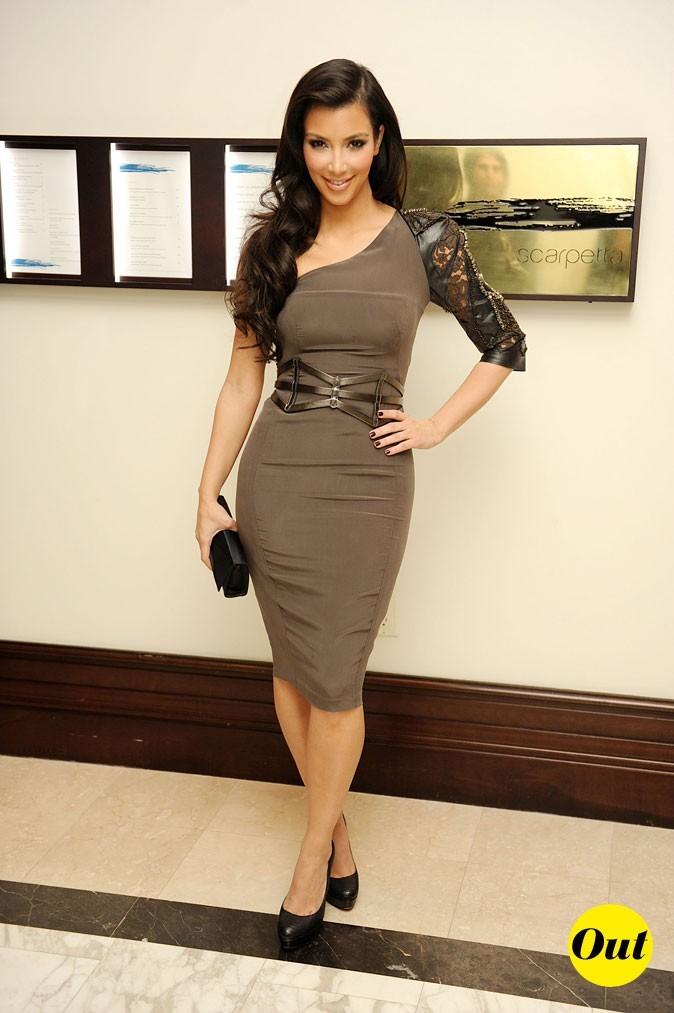 Look de Kim Kardashian : une robe kaki + dentelle en 2009