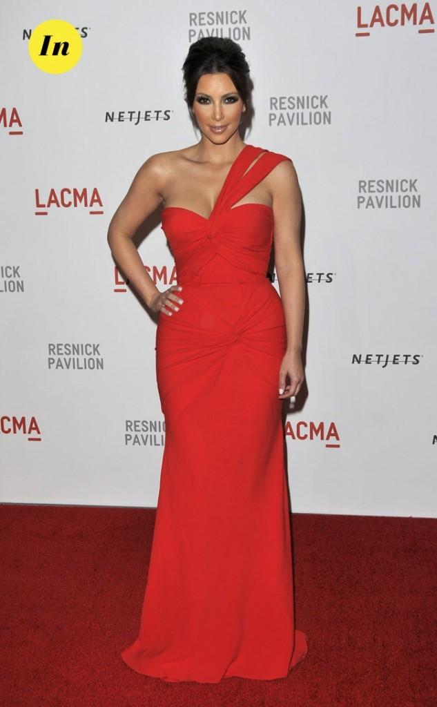 Look de Kim Kardashian : une robe longue rouge asymétrique en 2010