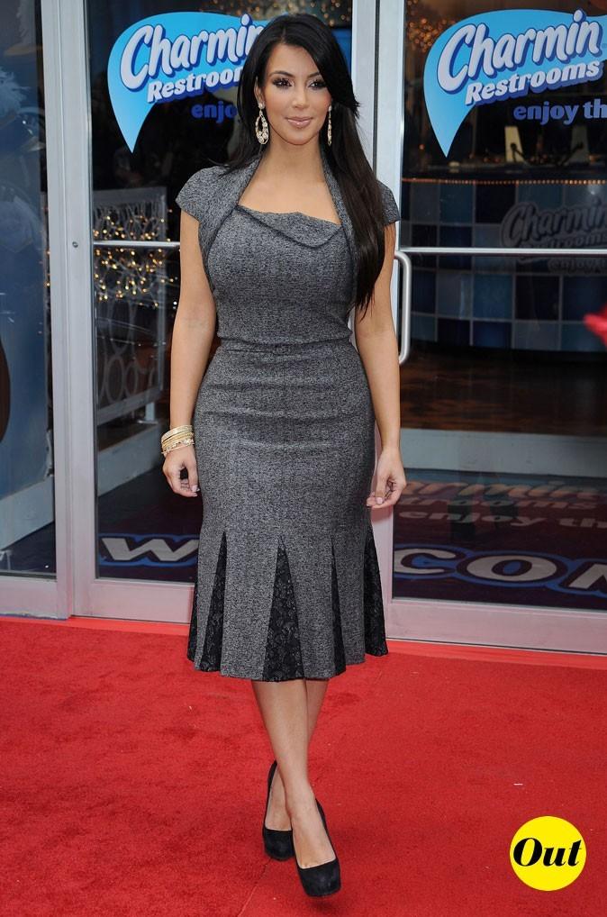 Look de Kim Kardashian : une robe mi-longue grise en 2010