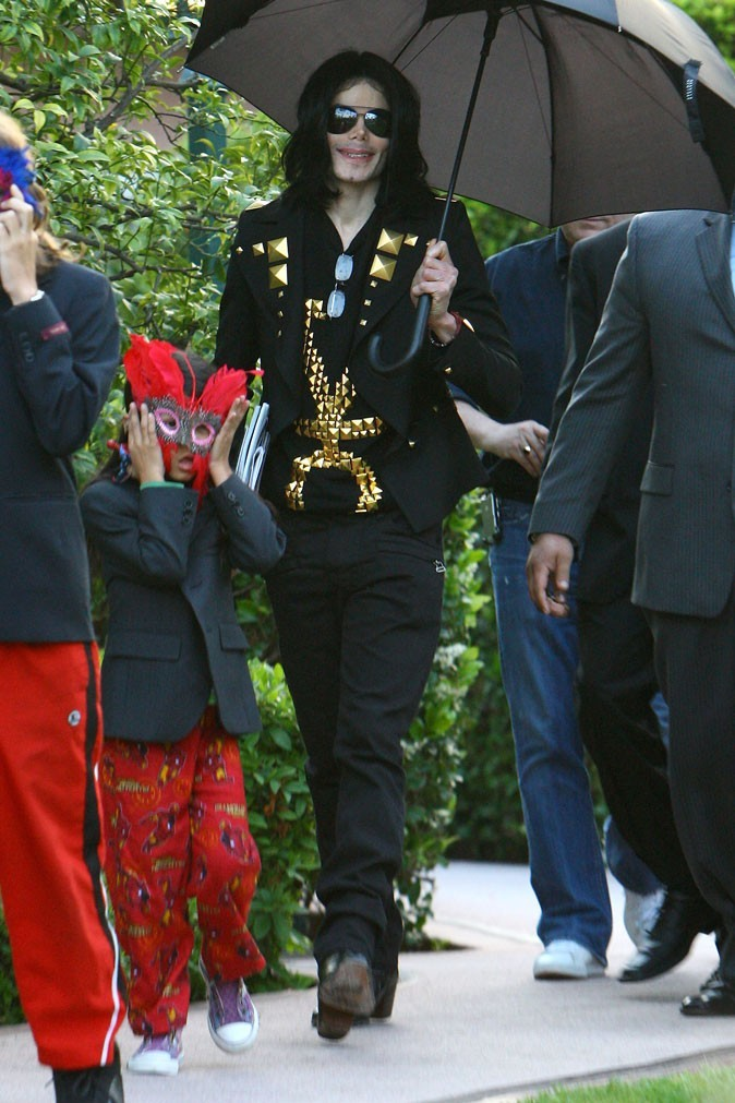 Look de Michael Jackson : touches dorées + lunettes noires en mai 2009 avec ses enfants