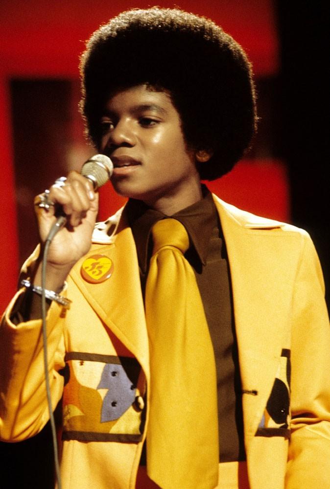 Look de Michael Jackson : un costume moutarde avec cravate assortie en février 1975 avec les Jackson Five