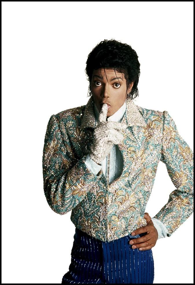 Look de Michael Jackson : veste à sequins et gant assorti en 1983