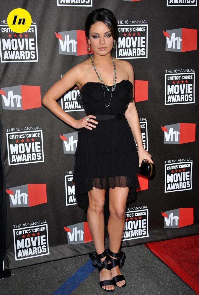 La mini-robe noire et les sandales style ballerine de Mila Kunis en Janvier 2011 !