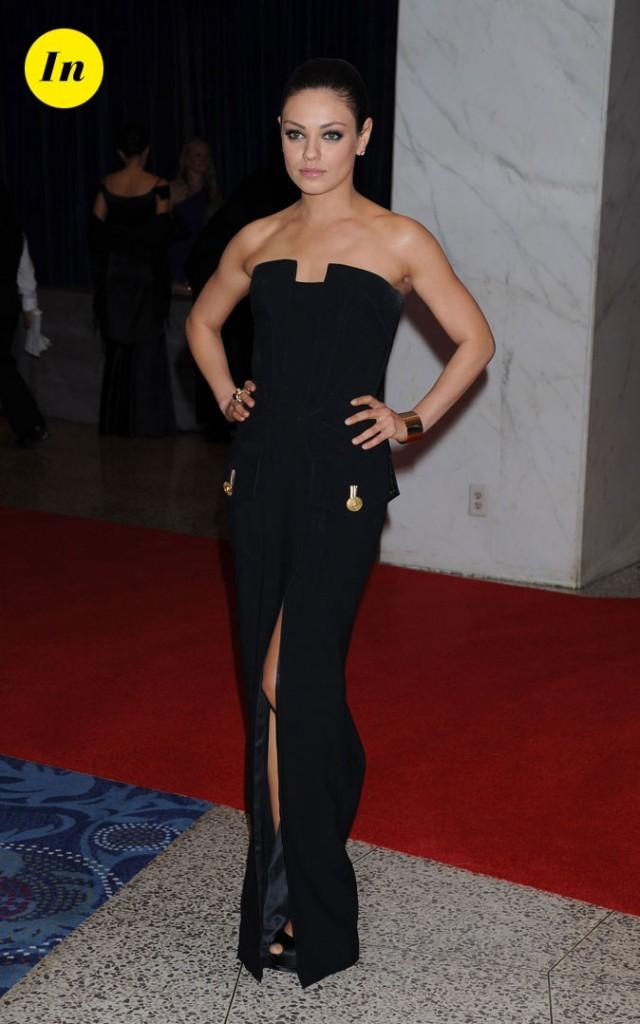 La robe bustier noire fendue Versace de Mila Kunis en Avril 2011 !