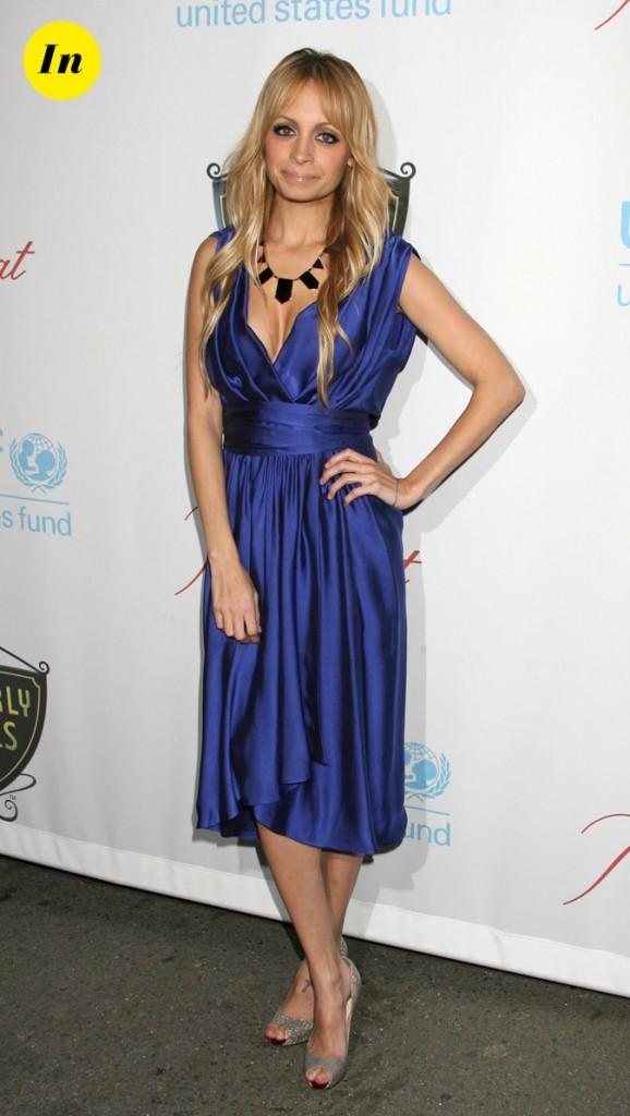 Look de Nicole Richie :  une robe bleu satiné en novembre 2008