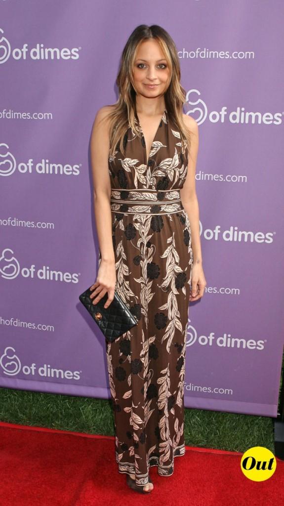 Look de Nicole Richie :  une robe longue ceinturée en novembre 2009
