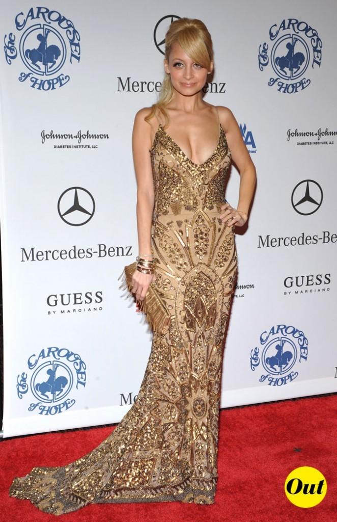 Look de Nicole Richie :  une robe longue dorée en octobre 2008