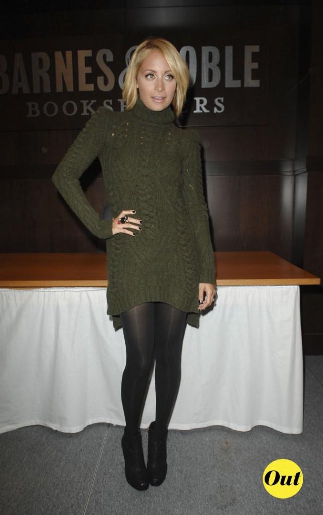Look de Nicole Richie :  une robe pull kaki en octobre 2010