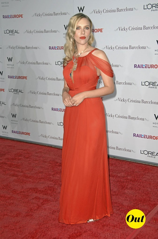 Scarlett Johansson en 2008 : une robe orange assortie au rouge à lèvres