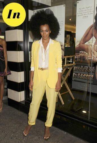 En costume jaune