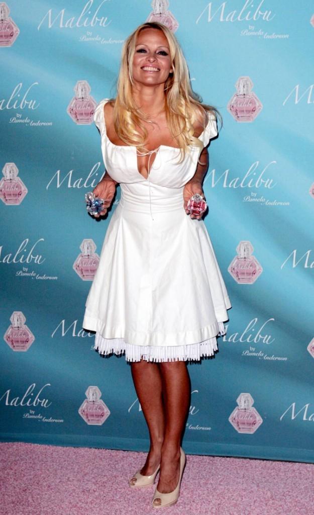 La robe blanche décolletée de Pamela Anderson !