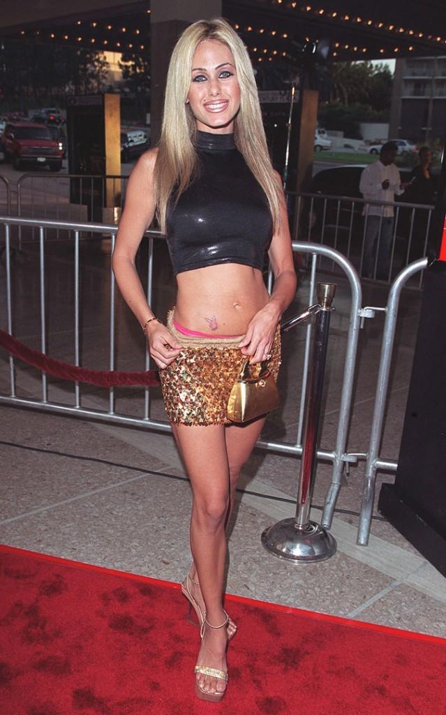 Le top en cuir et la mini-jupe dorée de Shauna Sand !