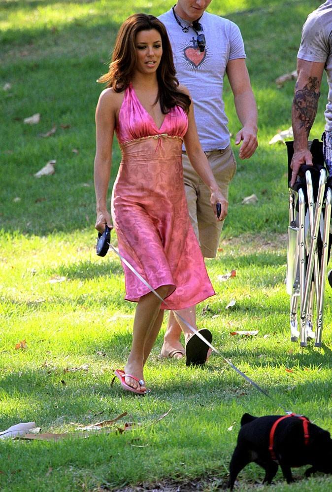 Looks d'Eva Longoria : une robe en satin rose sur le plateau de Desperate Housewives !
