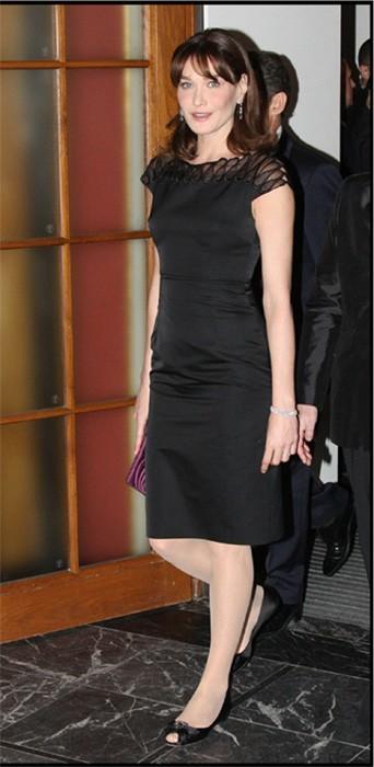 Carla en petite robe noire !