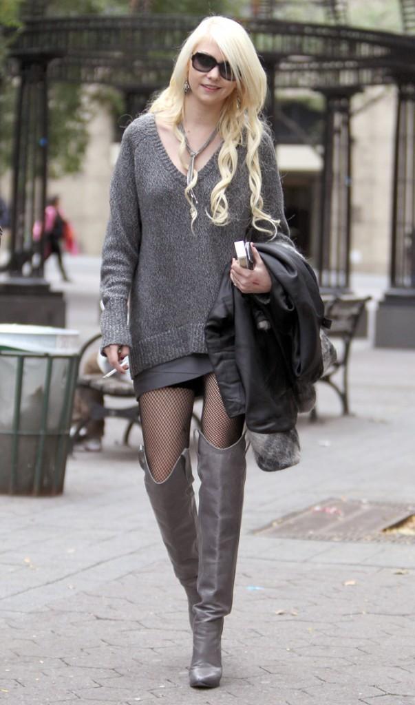 Le pull long et les cuissardes grises de Taylor Momsen en Octobre 2010 !