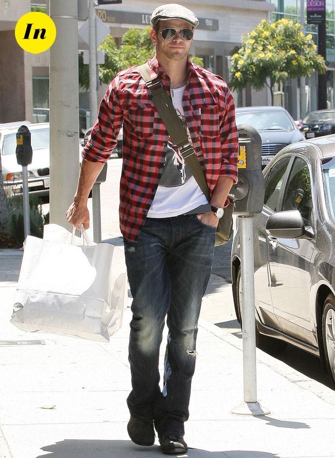 Kellan Lutz en chemise bûcheron dans les rues de Los Angeles